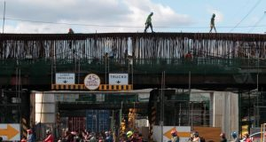 workers expressway manila_reuters