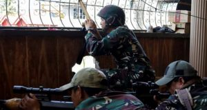 Marawi marksmen crouch