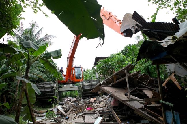 Pasig_Eastbank_Floodway_demolition_backhoe