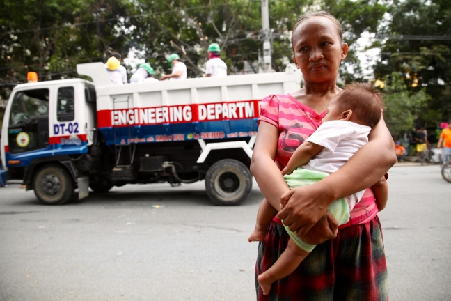 Pasig_Eastbank_Floodway_demolition_mother_and_child