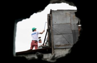 Pasig_Eastbank_Floodway_demolition_peering_through_hole