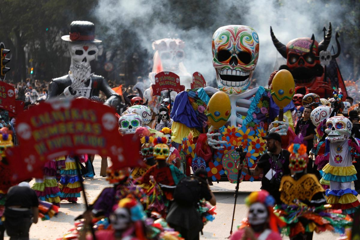 day of the death holiday in mexico Día de los muertos (day of the dead) is a holiday celebrated throughout the americas and combines ancient indigenous traditions and modern fanfare it is a whimsical and yet serious holiday that primarily takes place between october 31st and november 2nd.