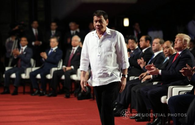 ASEAN2017_Duterte_walking_to_stage_MPB