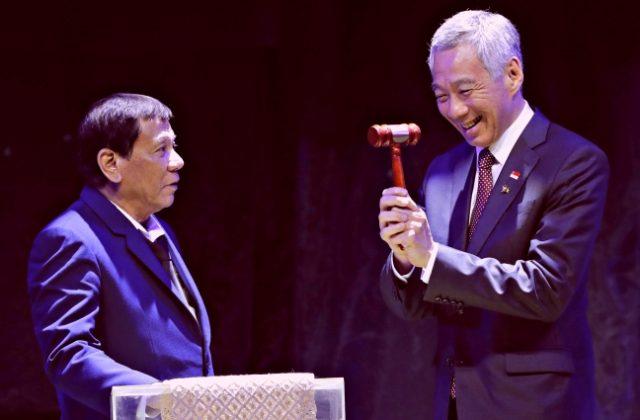ASEAN2017_handover_Duterte_LeeHsienLoong
