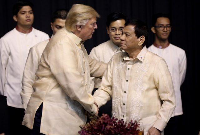 Trump Duterte handshake ASEAN2017
