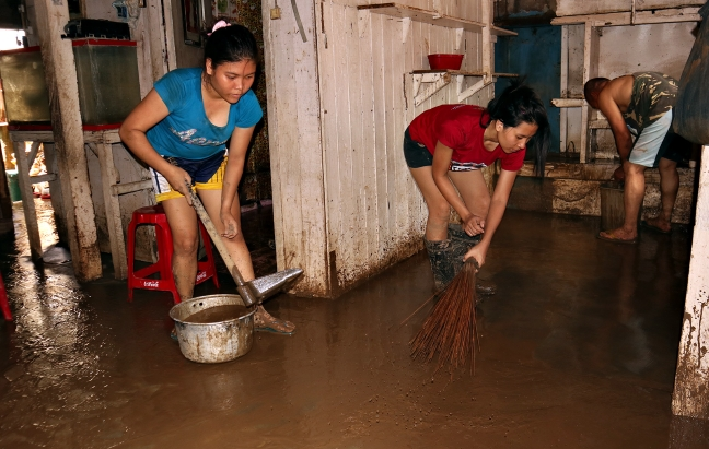 FSUU_CDO_Caritas_relief_cleaning_up_after_floodings_ERWIN_MASCARINAS