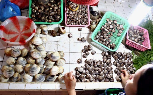Lianga_red_tide_shellfish_at_wet_market_ERWIN_MASCARINAS