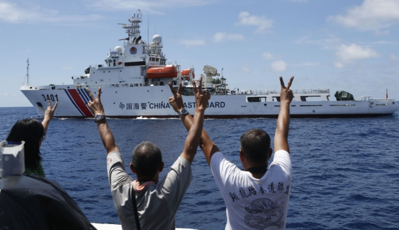 Scarborough_Standoff_Flashing_Peace_sign_at_Chinese_Coast_guard_REU