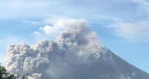 Mayon_Erupting_FB_PNA