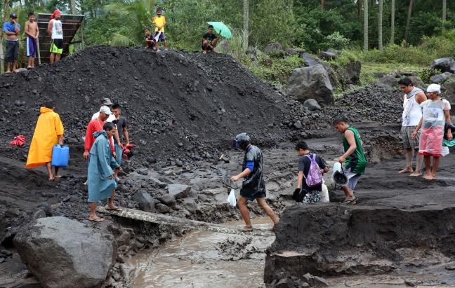 Mayon_Volcano_Guinobatan_stream_chocked_by_lahae_KJ_ROSALES_Philstar