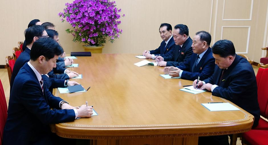 Korea leader discusses possible summit with Seoul envoys