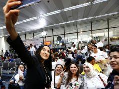 Mocha Uson's selfie with OFWs