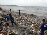 Manila Bay with trash