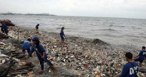 Manila Bay with trash