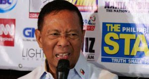 Jejomar Binay makes a gesture with his face