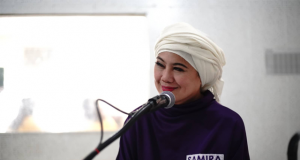 Samira Gutoc speaking in microphone