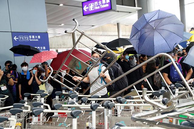 Hong Kong protesters build barricades