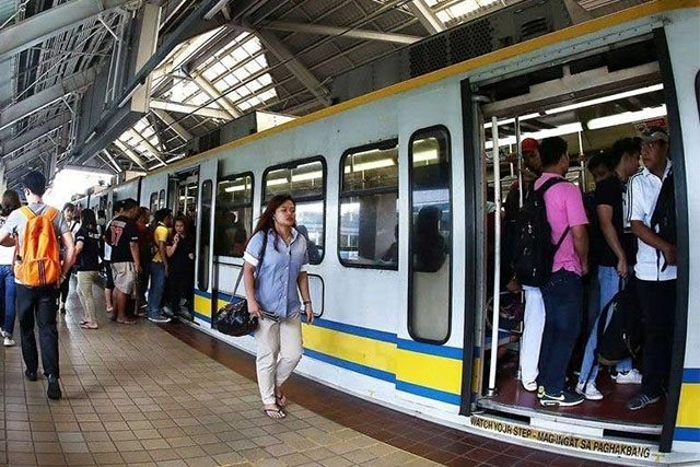 LRT 1 passengers