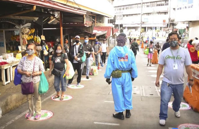 This is how Baguio City police implements 'social distancing' in public market