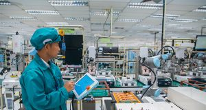 Employee working with Universal Robots