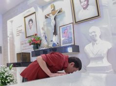 Duterte in parents' tomb