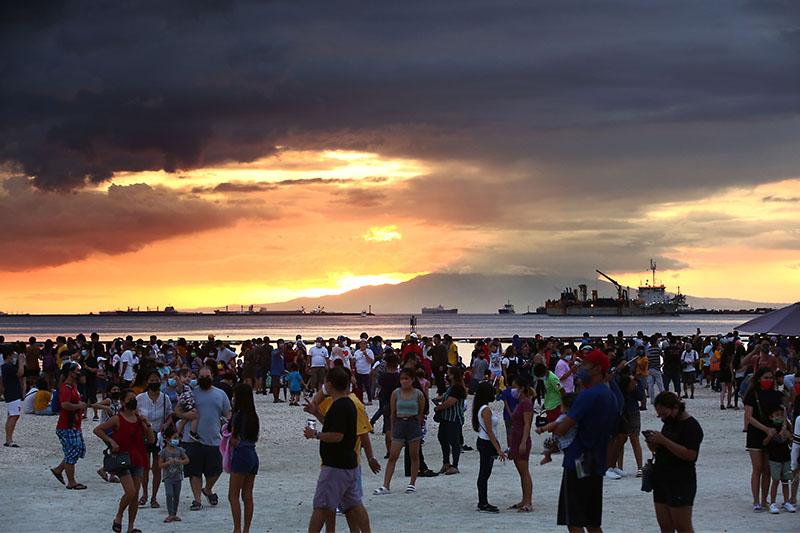 Crowding at Manila dolomite beach draws calls to open more public spaces