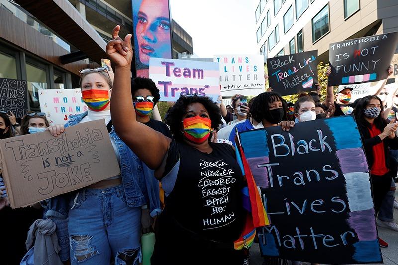 Los manifestantes denuncian a Netflix por los comentarios transgénero de Chappelle